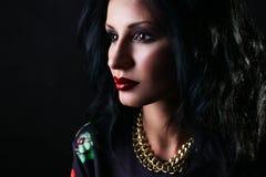 Portrait de jolie brune avec les lèvres rouges dans des pulls molletonnés de fleur. Photos stock
