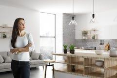 Portrait de jolie dame dans la cuisine Image libre de droits