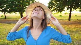 Portrait de jolie femme avec l'extérieur de chapeau en plan rapproché de jour ensoleillé banque de vidéos