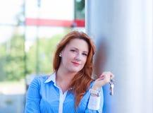 Portrait de jolie femme d'affaires avec des clés Photographie stock