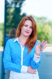 Portrait de jolie femme d'affaires avec des clés Photos stock