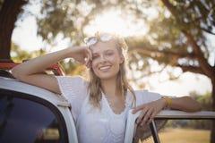 Portrait de jolie femme en le fourgon photo libre de droits