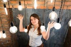 Portrait de jolie femme près de cheminée images libres de droits