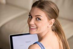 Portrait de jolie femme travaillant sur l'ordinateur portable à la maison Photo libre de droits