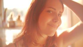 Portrait de jolie fille de l'adolescence mignonne Belle lumière arrière rêveuse ensoleillée de la journée de printemps SLOWMO à l banque de vidéos