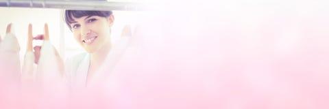 Portrait de jolie fille regardant la garde-robe de cuvette Image libre de droits