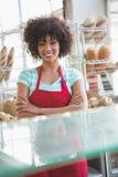 Portrait de jolie serveuse avec des bras croisés photos libres de droits