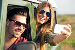Portrait de jolis couples prenant le selfie avec le smartphone dans le c Photographie stock