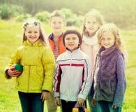 Portrait de jouer heureux de filles et de garçons Photos stock