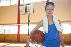 Portrait de joueur de basket féminin sérieux image libre de droits