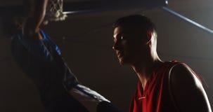 Portrait de joueur de basket regardant le concurrent banque de vidéos