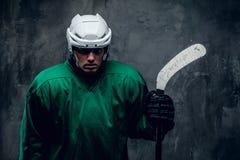 Portrait de joueur de hockey fatigué dans l'uniforme protecteur photographie stock