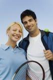 Portrait de joueurs de tennis de doubles mélangés Photo libre de droits