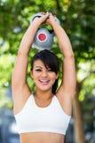 Portrait de kettlebell de levage de sourire de femme sportive Photos libres de droits