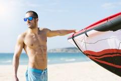 Portrait de kitesurfer beau d'homme Photographie stock libre de droits