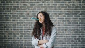 Portrait de klaxon de soufflement de partie de jeune femme malheureuse avec le visage triste près du mur de briques clips vidéos