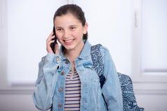 Portrait de l'écolière à l'aide du téléphone Image libre de droits