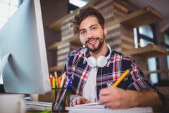 Portrait de l'écriture créative d'homme d'affaires dans le carnet de notes à spirale image stock