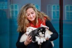 Portrait de l'éleveur de chiens avec ses animaux familiers photos libres de droits