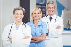 Portrait de l'équipe de sourire de docteur se tenant avec des bras croisés Photographie stock