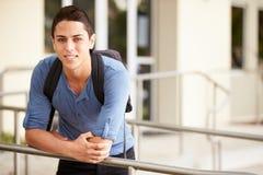 Portrait de l'étudiant masculin Outdoors de lycée images libres de droits