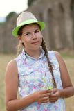 Portrait de l'ado sérieux heureux se reposant sur la meule de foin Photographie stock libre de droits