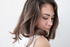 Portrait de l'adolescence de fille, au-dessus du fond blanc Photo stock