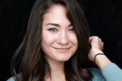 Portrait de l'adolescence de fille, au-dessus du fond blanc Photos stock