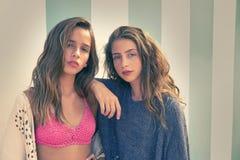Portrait de l'adolescence de filles de meilleurs amis en été Photo stock