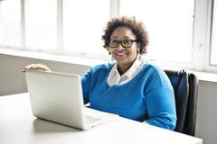 Portrait de l'Afro-Américain gai d'affaires travaillant sur l'ordinateur portable photographie stock libre de droits