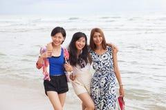 Portrait de l'ami asiatique de femme de jeune beautifu détendant l'emo heureux Photos stock
