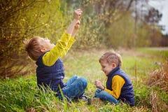 Portrait de l'ami deux jouant la pierre, ciseaux, jeu de papier sur le fond de nature Concept d'amusement et de loisir Images libres de droits