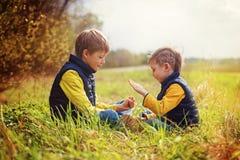 Portrait de l'ami deux jouant la pierre, ciseaux, jeu de papier sur le fond de nature Concept d'amusement et de loisir Photographie stock