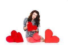 Portrait de l'amour et de la femme de jour de valentines jugeant le sourire de coeur mignon et adorable d'isolement sur le fond bl Images stock