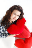 Portrait de l'amour et de la femme de jour de valentines jugeant le sourire de coeur mignon et adorable d'isolement sur le fond bl Photo stock