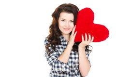 Portrait de l'amour et de la femme de jour de valentines jugeant le sourire de coeur mignon et adorable d'isolement sur le fond bl Photographie stock libre de droits