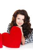 Portrait de l'amour et de la femme de jour de valentines jugeant le sourire de coeur mignon et adorable d'isolement sur le fond bl Photo libre de droits
