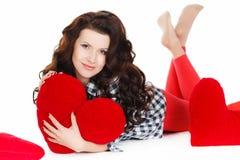 Portrait de l'amour et de la femme de jour de valentines jugeant le sourire de coeur mignon et adorable d'isolement sur le fond bl Photos libres de droits