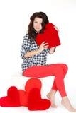 Portrait de l'amour et de la femme de jour de valentines jugeant le sourire de coeur mignon et adorable d'isolement sur le fond bl Photographie stock