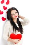 Portrait de l'amour et femme de jour de valentines tenant le sourire de coeur Photographie stock
