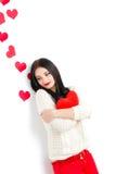 Portrait de l'amour et femme de jour de valentines tenant le sourire de coeur Photo libre de droits