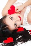 Portrait de l'amour et femme de jour de valentines tenant le sourire de coeur Images libres de droits