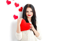 Portrait de l'amour et femme de jour de valentines tenant le sourire de coeur Photographie stock libre de droits