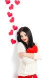 Portrait de l'amour et femme de jour de valentines tenant le sourire de coeur Image stock