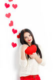 Portrait de l'amour et femme de jour de valentines tenant le sourire de coeur Image libre de droits