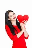 Portrait de l'amour et femme de jour de valentines tenant le sourire de coeur Images stock
