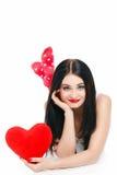 Portrait de l'amour et femme de jour de valentines tenant le sourire de coeur Photos stock