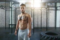 Portrait de l'athlète masculin At Crossfit Gym de forme physique photos stock