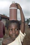 Portrait de l'eau portant la jeune fille ghanéenne Images stock