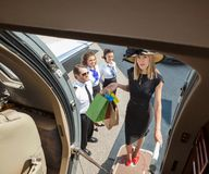Portrait de l'embarquement de Rich Woman With Shopping Bags Photos stock